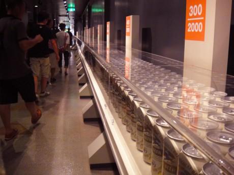 一分間に2000個の缶ビールが作られるという事が一瞬でわかる廊下