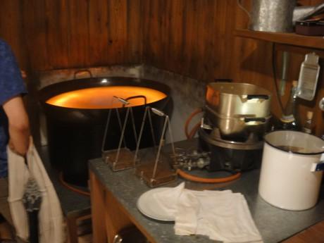 小屋の中に天ぷらなべが