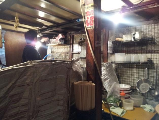 屋台用の電源ボックスから電気を取っているので、かなり店内は明るい!
