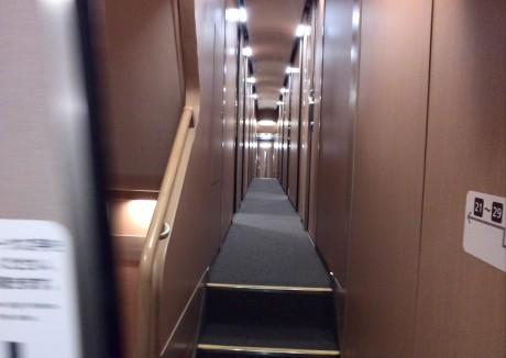 中に入ると個室車両の通路はこんな感じ
