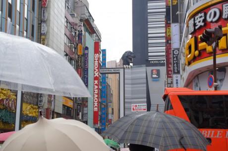 新宿駅東口から歌舞伎町へ向かうと正面にゴジラが!