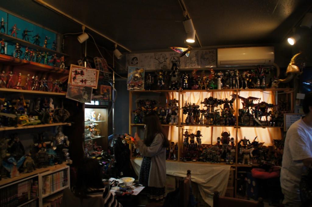 店内には超合金など特撮おもちゃがズラリ!