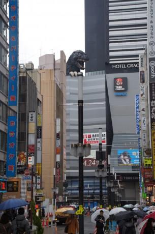 嘗てのコマ劇場跡地に出来たTOHOシネマズ新宿の屋上にそびえ立つゴジラ