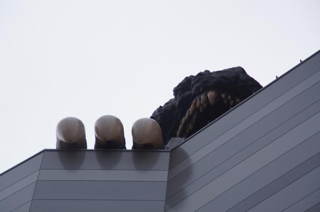 ビルの足元まで来ると、ゴジラの爪が覗いているのがわかります