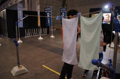 イサヤマさんも挑戦。意外と吊るすのは難しい。。