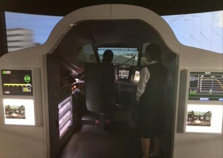 N700系新幹線の実物大の運転台で臨場感と迫力のある運転操作を体験。