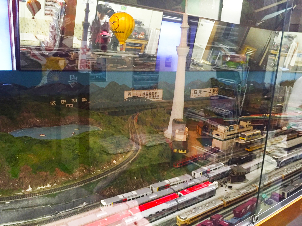 中には、大型の鉄道ジオラマが!